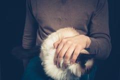 Jeune homme avec un chat sur son recouvrement Images libres de droits