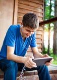 Jeune homme avec un comprimé Image libre de droits