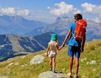 Jeune homme avec un enfant en montagnes Images libres de droits