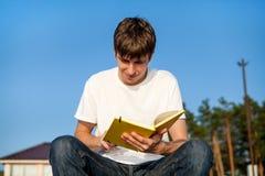 Jeune homme avec un livre photographie stock libre de droits