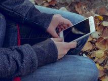 Jeune homme avec un périphérique mobile Image libre de droits