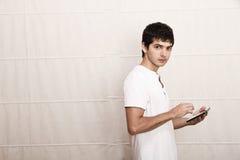 Jeune homme avec un PC de comprimé Image stock