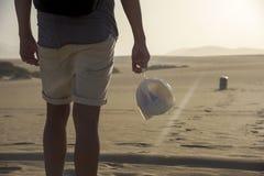 Jeune homme avec un sac de déchets image stock