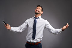 Jeune homme avec un smartphone Images libres de droits