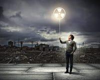Jeune homme avec un symbole de réutilisation Photos libres de droits