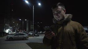Jeune homme avec un téléphone Jeune homme beau, superbe lié aux amis et famille banque de vidéos