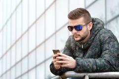 Jeune homme avec un téléphone intelligent Images libres de droits