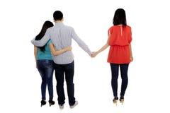 Jeune homme avec une autre femme sur le studio Image libre de droits