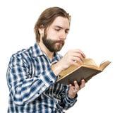 Jeune homme avec une barbe lisant le livre Photos libres de droits