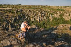 Jeune homme avec une barbe se reposant sur la falaise de canyon Photos libres de droits