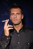 Jeune homme avec une cigarette Photos stock
