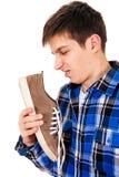 Jeune homme avec une espadrille Photo stock