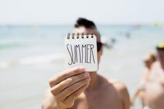 Jeune homme avec une note avec l'été de mot Photo libre de droits