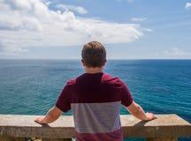 Jeune homme avec une vue de mer image libre de droits