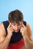 Jeune homme ayant un mal de tête Photos stock