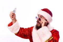 Jeune homme barbu émotif dans un costume de Noël photographie stock libre de droits