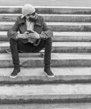 Jeune homme barbu avec le mobile photo libre de droits