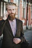 Jeune homme barbu avec le mobile, extérieur Images stock