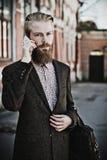 Jeune homme barbu avec le mobile, extérieur Images libres de droits