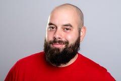 Jeune homme barbu dans la chemise rouge images libres de droits