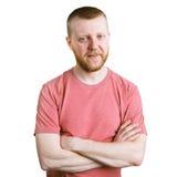 Jeune homme barbu dans une chemise rose photo stock