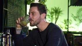 Jeune homme barbu gai bel buvant à la barre locale banque de vidéos
