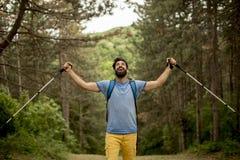 Jeune homme barbu seul trimardant sur la montagne photo stock