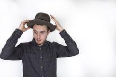 Jeune homme barbu utilisant un chapeau Image stock