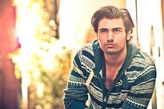 Jeune homme beau à l'extérieur Penser au contrat à terme Photo stock