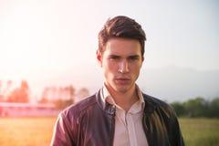 Jeune homme beau à la campagne, devant photos stock