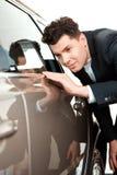 Jeune homme beau au concessionnaire Images stock