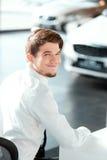 Jeune homme beau au concessionnaire Photo stock