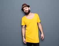 Jeune homme beau avec la barbe et le chapeau Images libres de droits