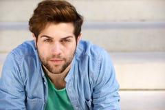 Jeune homme beau avec la barbe regardant l'appareil-photo Photographie stock libre de droits