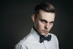 Jeune homme beau avec le regard fixe à froid Photo stock