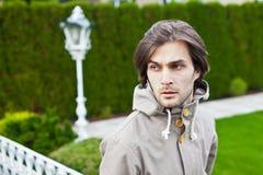 Jeune homme beau avec le regard inquiété Image stock