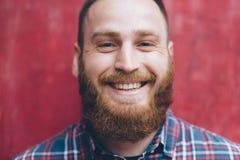 Jeune homme beau avec le sourire de barbe images libres de droits