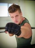 Jeune homme beau avec les gants du boxeur Photos stock