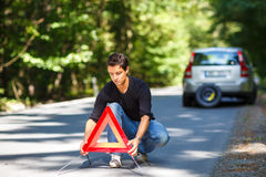 Jeune homme beau avec sa voiture décomposée par le bord de la route Photo libre de droits