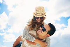 Jeune homme beau avec son épouse affectueuse Photos libres de droits
