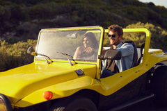 Jeune homme beau avec son amie sur un voyage par la route Image stock