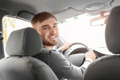 Jeune homme beau conduisant le taxi photos stock
