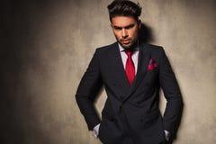 Jeune homme beau d'affaires tenant ses mains dans la poche Images stock
