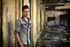 Jeune homme beau dans abandonné, course construisant vers le bas Image libre de droits
