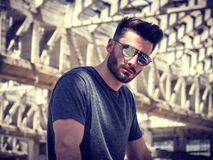 Jeune homme beau dans l'entrepôt vide photo stock