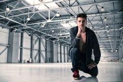 Jeune homme beau dans l'entrepôt vide Photographie stock