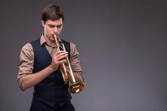 Jeune homme beau de jazz photographie stock