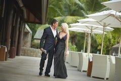 Jeune homme beau et belle femme marchant en dehors du restaurant o Photographie stock libre de droits