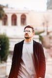Jeune homme beau frais de mode Homme élégant avec des lunettes de soleil photos libres de droits