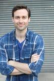 Jeune homme beau naturel souriant avec des bras croisés photo stock